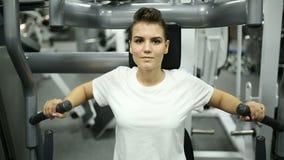 Девушка в спортзале включена на имитаторе видеоматериал