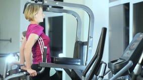 Девушка в спортзале на неровных барах видеоматериал