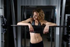 Девушка в спортзале с штангой Стоковые Изображения