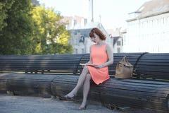Девушка в старом городке Стоковое Изображение RF