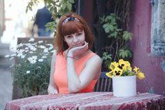 Девушка в старом городке Стоковые Фото