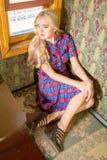 Девушка в старом поезде экипажа Стоковая Фотография RF