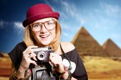 Девушка в стеклах с ретро камерой на пирамиде Египта Стоковые Фото