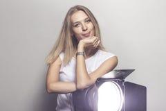 Девушка в студии с soffit Стоковые Фотографии RF