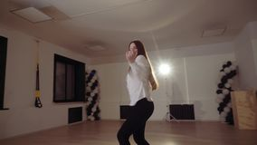 Девушка в студии танца танцует перед зеркалом видеоматериал