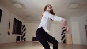 Девушка в студии танца танцует перед зеркалом акции видеоматериалы