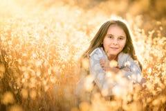 Девушка в сухой высокорослой траве стоковое изображение rf