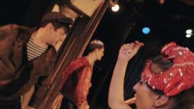Девушка в танцах костюма кабара креветки океана тематических красных на сцене, смешная труппа акции видеоматериалы