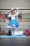 Девушка в танц-классе стоковые изображения