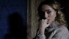 Девушка в темноте акции видеоматериалы