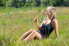 Девушка в траве Стоковое Изображение RF