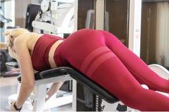 Девушка в тренировке в спортзале Женский фитнес стоковое фото rf