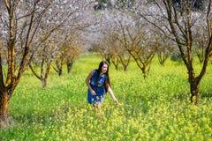 Девушка в луге долины и цветка дерева цветений Стоковое Изображение RF