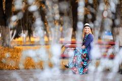 Девушка в улице с зонтиком стоковое фото rf