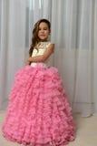 Девушка в умном розовом платье Стоковые Изображения