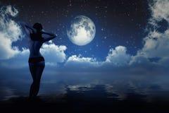Девушка в лунном свете стоковая фотография