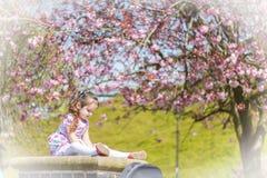 Девушка в усаживании свитера Стоковые Фотографии RF