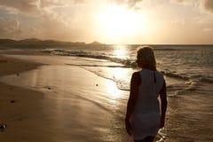 Девушка в установке захода солнца стоковые фотографии rf