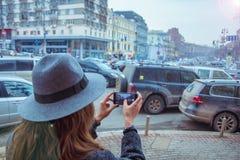 Девушка в фетровой шляпе, идя вокруг улиц города, пасмурный день, внешний стоковая фотография rf