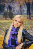 Девушка в фиолетовом шарфе в парке осени Стоковая Фотография