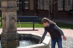 Девушка в фонтане города стоковое изображение rf