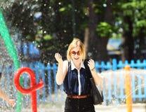 Девушка в фонтане Стоковые Фото