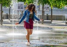 Девушка в фонтане Стоковые Фотографии RF