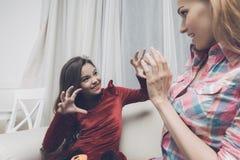 Девушка в форме изверга устрашает женщину, она показывает испуг Стоковое Фото