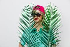 Девушка в футболке с зеленой ветвью ладони стоковые фото