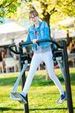Девушка в футболке с ходом тренировки сердца стоковая фотография rf