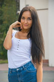 Девушка в футболке и шорты перед зданием с столбцами Стоковые Фото