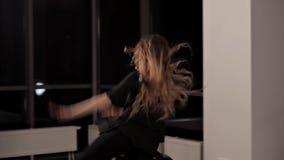 Девушка в хорошей физической форме делает перескакивания в танце Она тренирует для представления танцев, талантливой молодости сток-видео