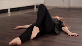Девушка в хорошей физической форме делает перескакивания в танце Она тренирует для представления танцев, талантливой молодости акции видеоматериалы