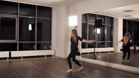 Девушка в хорошей физической форме делает перескакивания в танце Она тренирует для представления танцев, талантливой молодости видеоматериал
