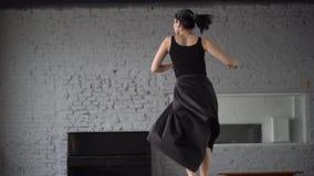 Девушка в черной закрутке платья в замедленном движении видеоматериал