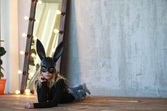 Девушка в черной маске стоковые изображения
