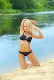 Девушка в черном бикини на пляже Стоковое Изображение RF