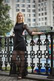 Девушка в черном длинном платье близко выковала загородку 1 kyiv Украина осени Стоковая Фотография
