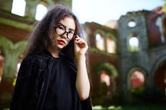 Девушка в черном колдуне Стоковое фото RF