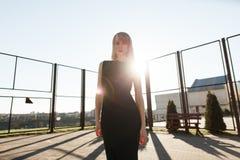 Девушка в черном платье в парке прочь Стоковые Изображения
