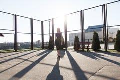 Девушка в черном платье в парке прочь Стоковые Изображения RF
