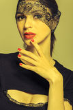 Девушка в черном платье с лентой шнурка в ей глаза Стоковые Фотографии RF