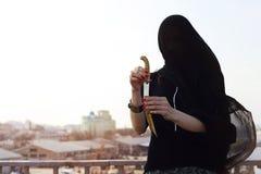 Девушка в черноте с восточным кинжалом Стоковая Фотография RF