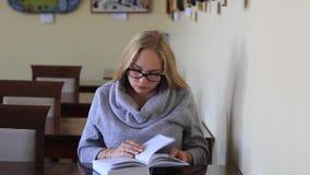 Девушка в чтении читального зала книга видеоматериал