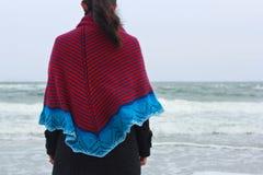 Девушка в шали на банке моря Стоковое Изображение