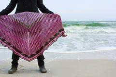 Девушка в шали на банке моря Стоковое фото RF