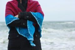 Девушка в шали на банке моря Стоковые Фото