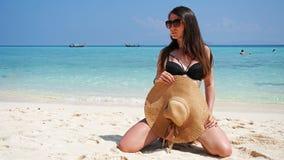 Девушка в шляпе и купальнике на пляже Стекла дальше стоковые изображения rf