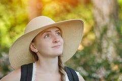 Девушка в шляпе наслаждаясь природой лето сада Стоковое Изображение