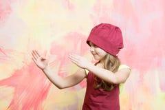 Девушка в шляпе шеф-повара и рисберма с жестом рукой карате Стоковые Фотографии RF